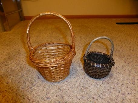 Cute little papillon-sized baskets.